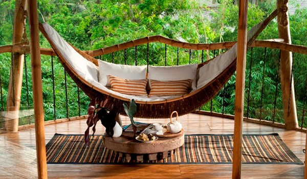 bamboo-tree-house-with-hanging-chairs